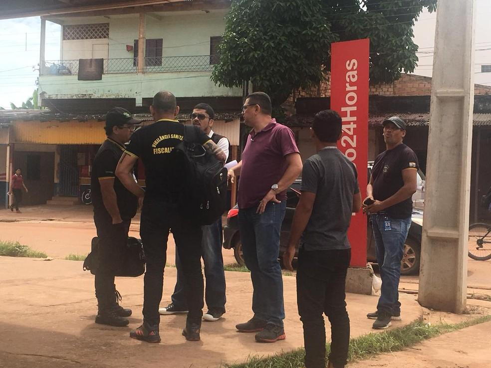 Fiscais da vigilância sanitária em drogaria de Santarém — Foto: Dominique Cavaleiro/G1