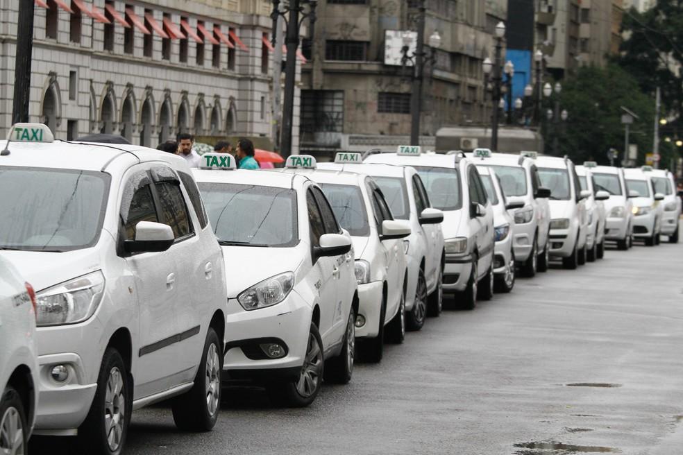 Taxistas protestam em frente ao prédio da prefeitura de São Paulo, no centro da cidade. O grupo cobra uma nova regularização do Uber, transporte privado por meio de aplivativo (Foto: Fábio Vieira/Fotorua/Estadão Conteúdo)