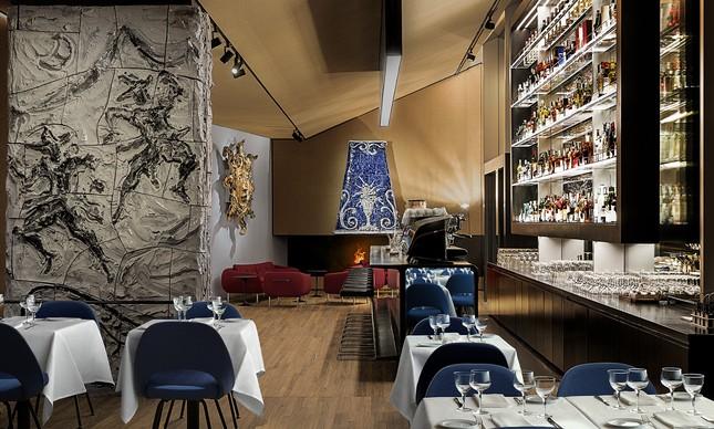 Espaço para um drinque decorado com obras de Lucio Fontana