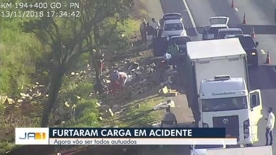 Vídeo mostra carga de azeitonas sendo saqueada após cair de caminhão  BR-050, em Catalão