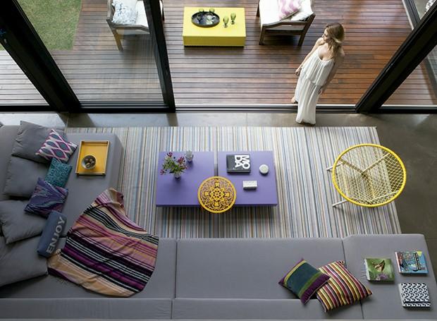 Local improvável: o sofá em L, da Miniloft, é composto por dois módulos, sendo que um deles tem um braço avantajado, formando uma espécie de mesa de apoio. No projeto da arquiteta Monica Drucker, a moradora Gabriela tirou proveito dessa característica do  (Foto: Lufe Gomes/ Editora Globo)