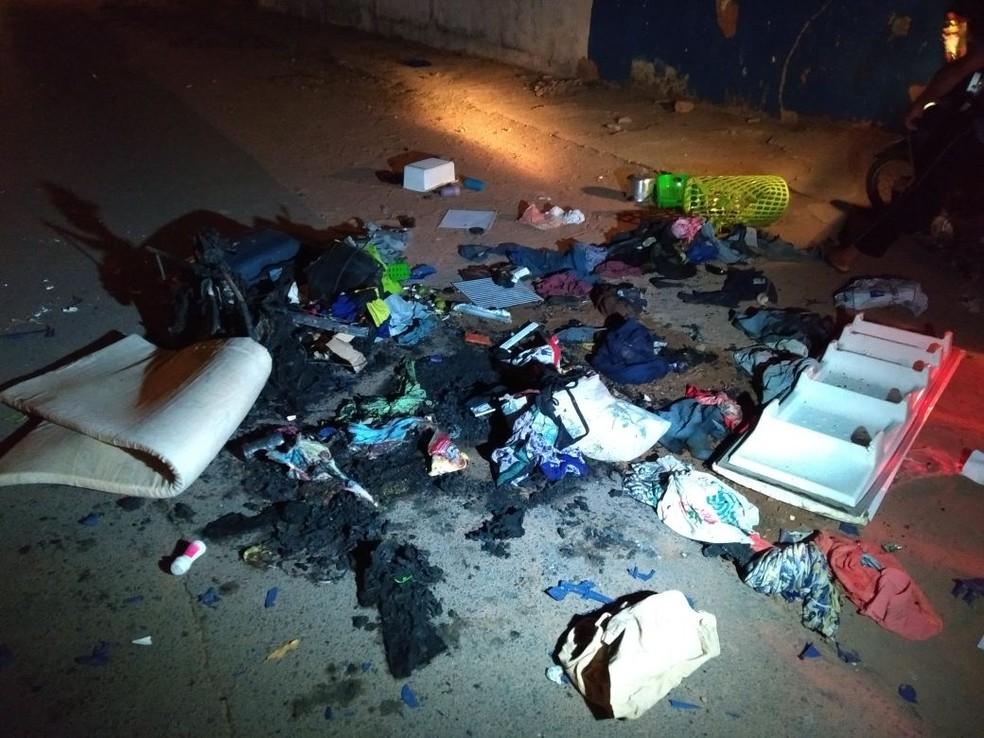 Venezuelanos tiveram roupas e outros objetos queimado durante o ato (Foto: Marcelo Marques/G1 RR)