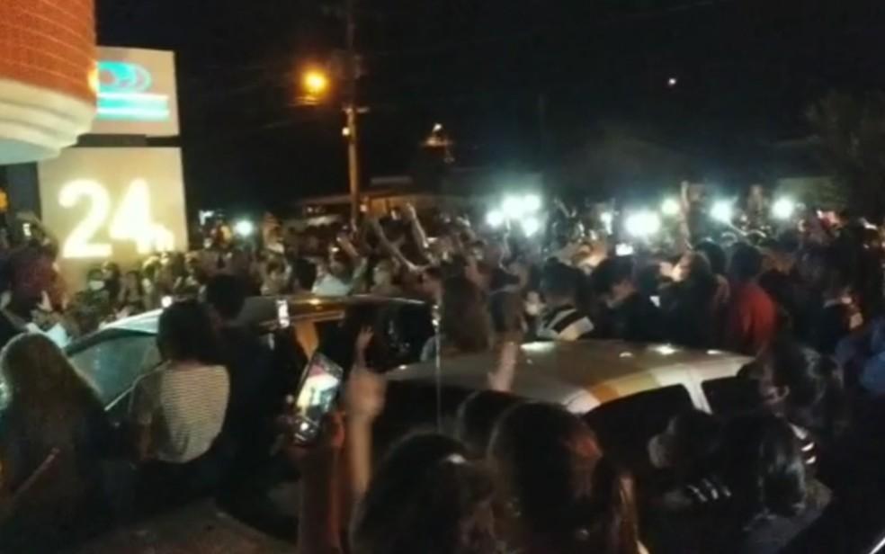 Multidão acompanha saída do cortejo de pastor que morreu e disse que ressuscitaria — Foto: Reprodução/Destak Informativo