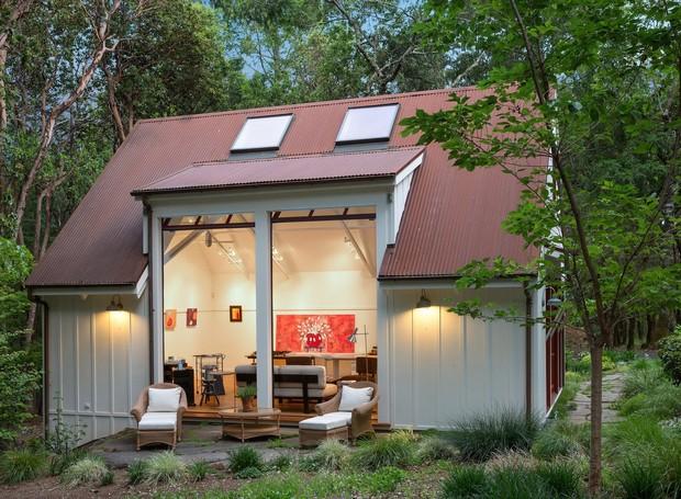 Fachada da edícula que abriga o estúdio de artes da casa de Robert Redford na Califórnia, à venda por 7,5 milhões de dólares.  (Foto:  Reprodução/ Dwell)