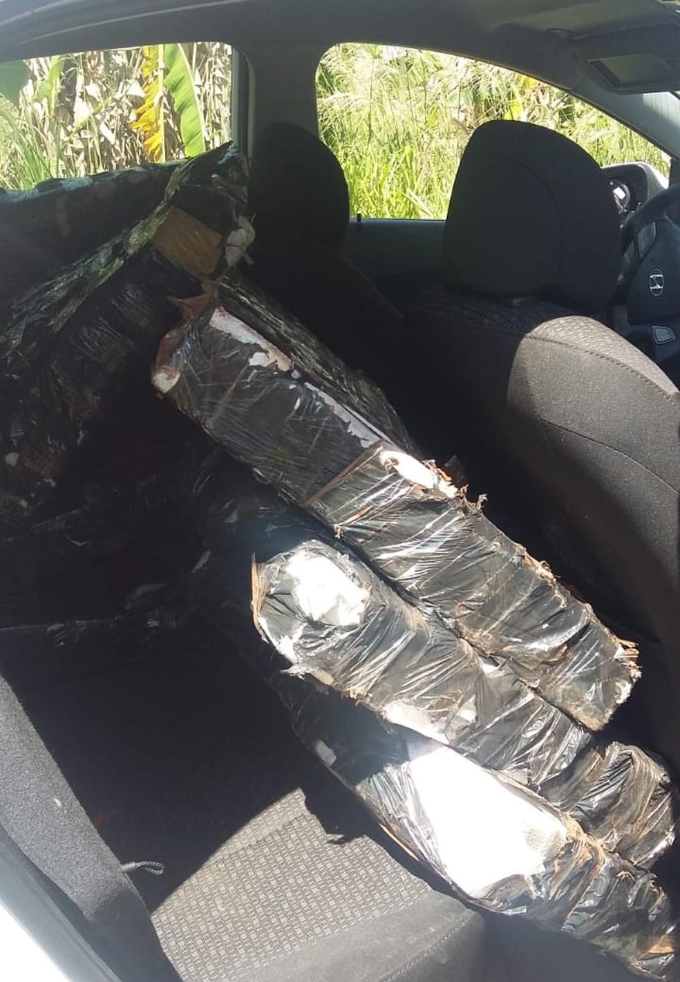 Carro estava com maconha no banco de trás durante perseguição em rodovia de Irapuã — Foto: Juliano Abocater/TV TEM