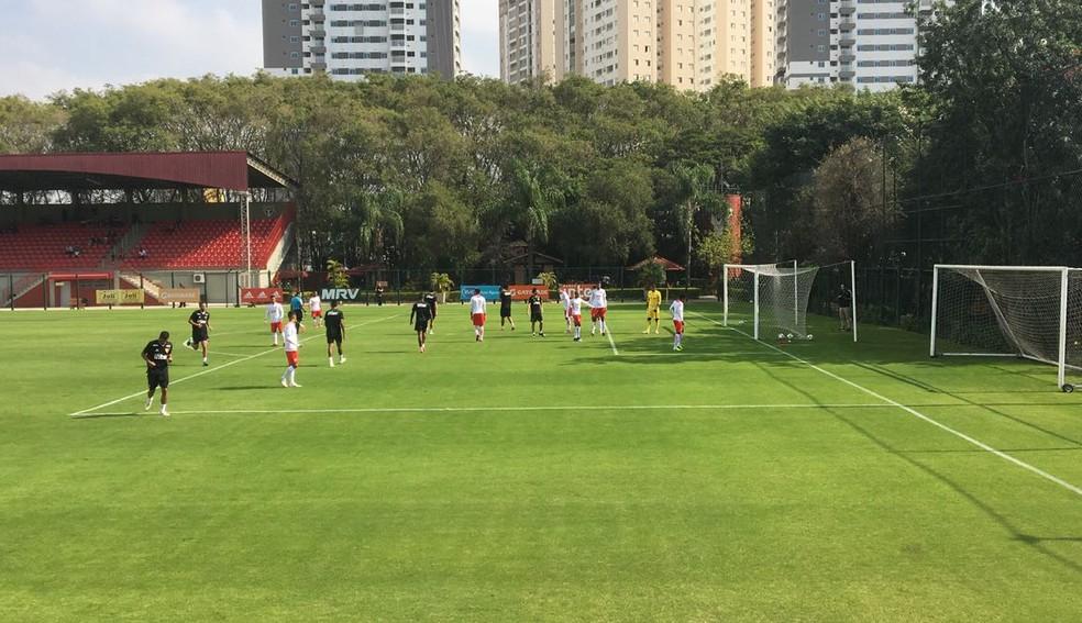 São Paulo (de uniforme preto) enfrenta o RB Brasil em jogo-treino no CT (Foto: Leandro Canônico)