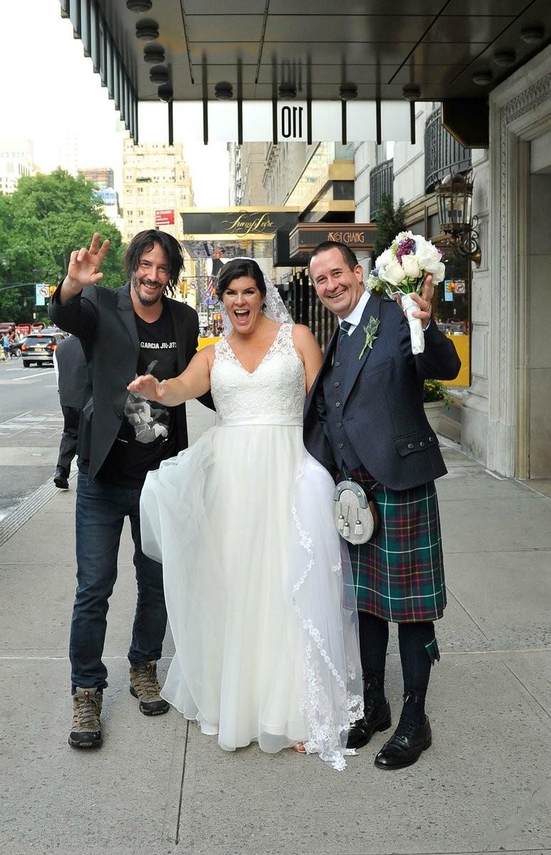 Keanu Reeves e os noivos Moray e Maura (Foto: Twitter)