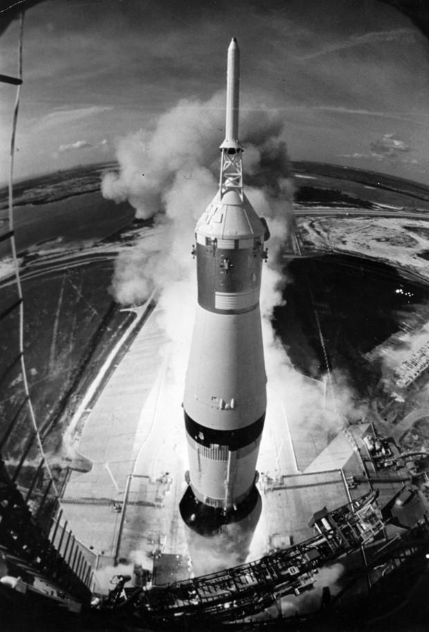 A espaçonave Apollo 11 em decolagem no Kennedy Space Centre (Foto: Getty Images)