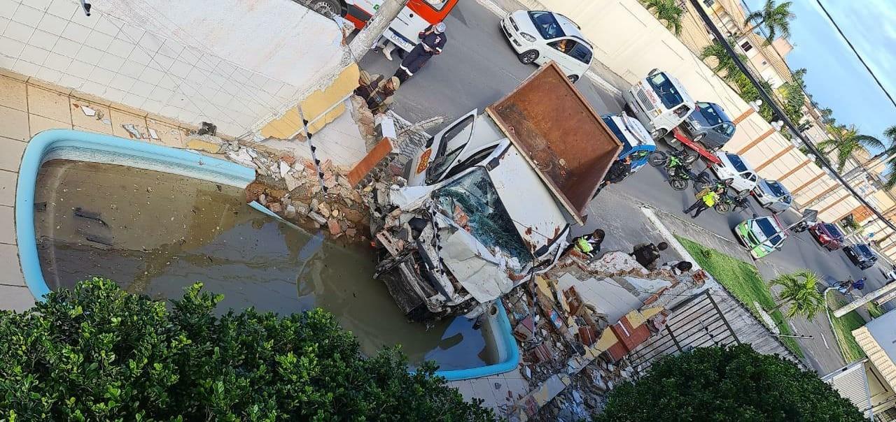 Caçamba bate em muro e invade condomínio em Salvador; parte de veículo caiu em piscina
