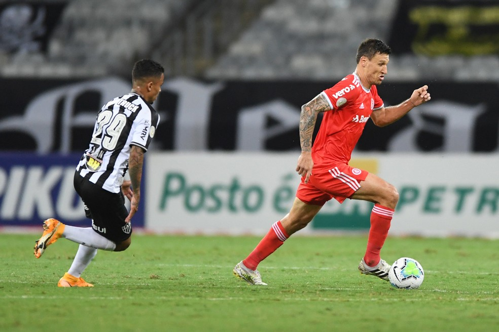 Musto, em ação contra o Atlético-MG — Foto: Ricardo Duarte/Divulgação Inter