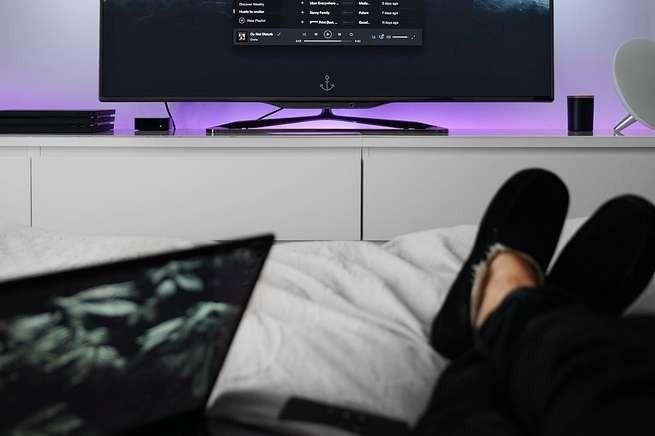 Dormir na frente de uma tela faz mal à saúde à longo prazo (Foto: Pixabay)