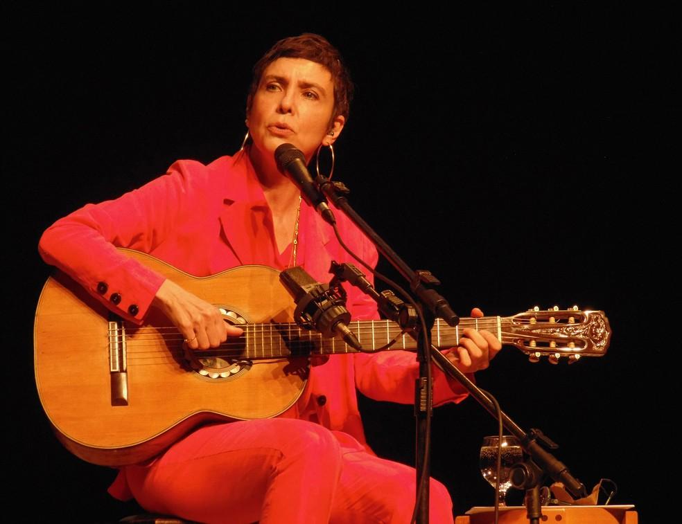 Adriana Calcanhotto encadeia 24 músicas no roteiro do show estreado no Teatro Claro Rio — Foto: Mauro Ferreira / G1