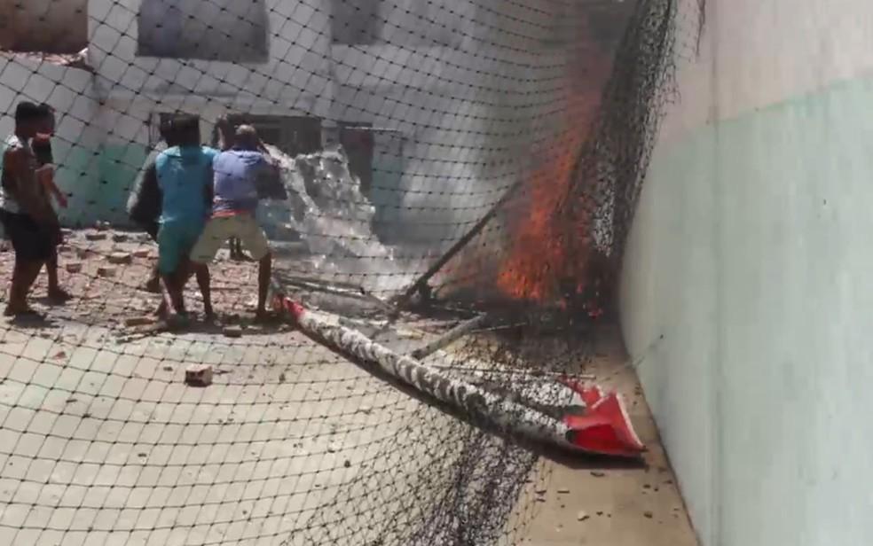 Moradores tentam apagar as chamas da aeronave — Foto: Ana Célia/Repórter fotográfica