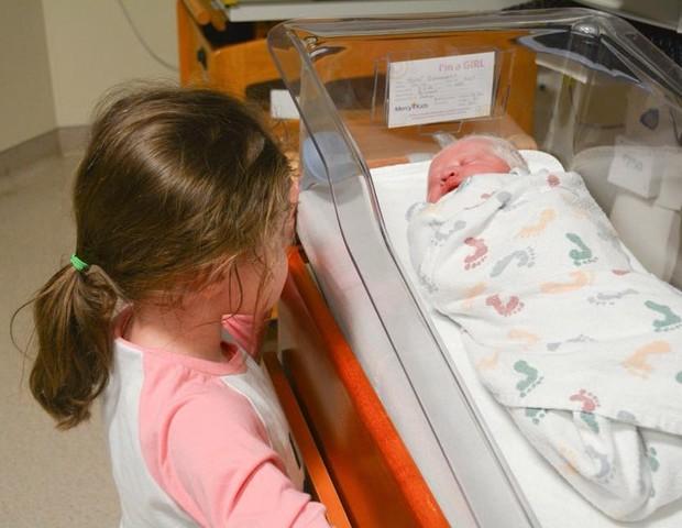 A filha mais velha conhecendo a irmã (Foto: Reprodução/Simply B Photography)