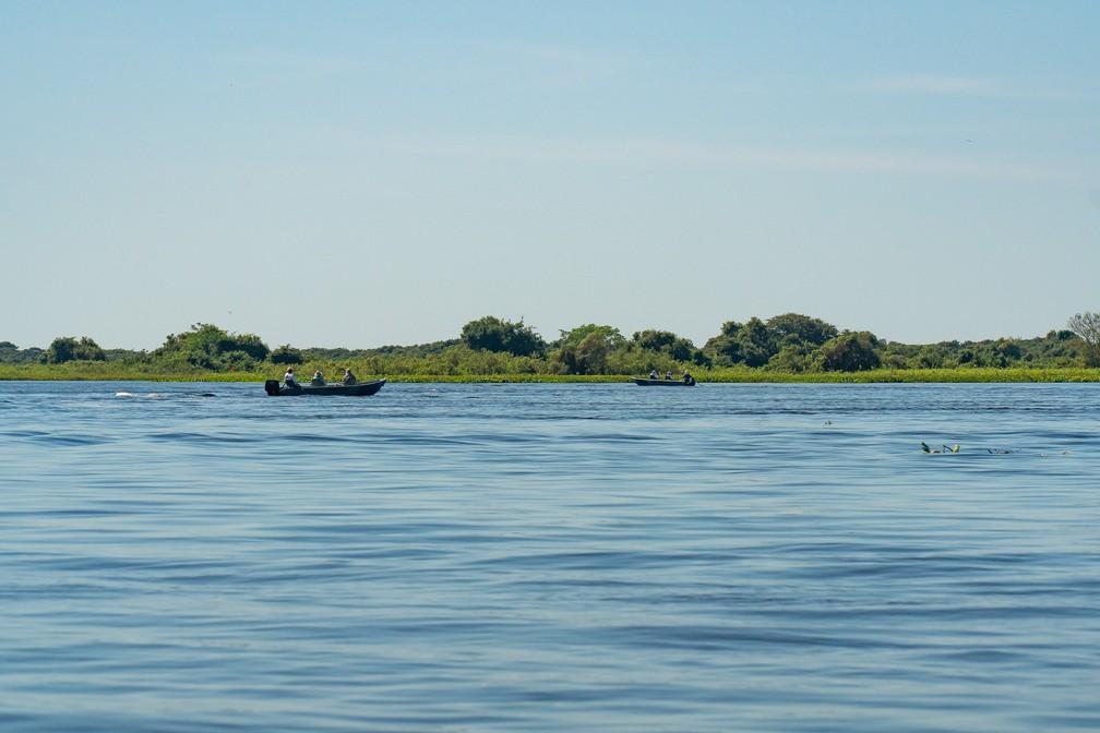 Barco de pescadores no Rio Paraguai, no Pantanal sul-matogrossense — Foto: Eduardo Palacio/G1
