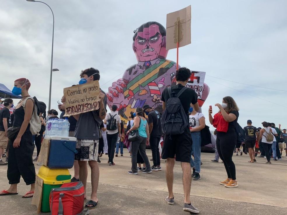 Manifestantes fazem ato contra Bolsonaro e a favor da vacina em Brasília — Foto: TV Globo/Repdução