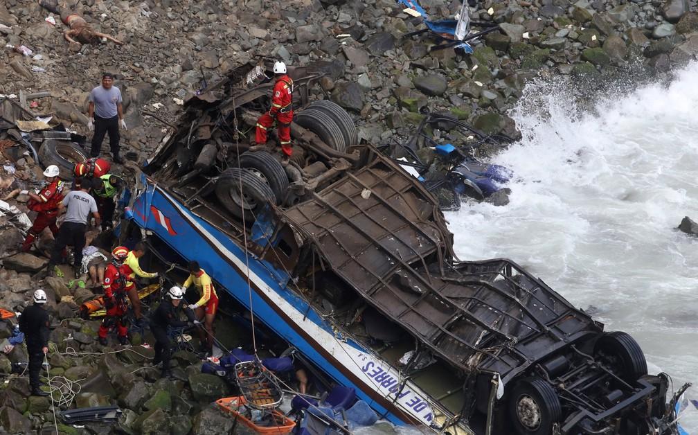 2 de janeiro - Equipes de resgate trabalham nos destroços de um ônibus que caiu de um penhasco em Pasamayo, no Peru  (Foto: Guadalupe Pardo/Reuters)