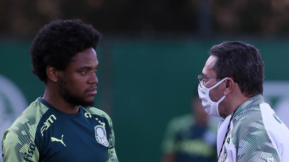 Papo entre Luiz Adriano e Vanderlei Luxemburgo na Academia — Foto: Cesar Greco / Ag. Palmeiras