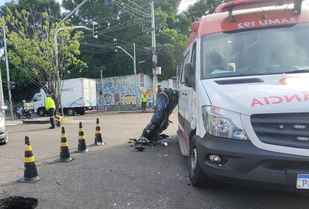 Moto fica de cabeça para baixo após grave colisão com ambulância em avenida de Manaus — Foto: Eliana Nascimento/G1 AM