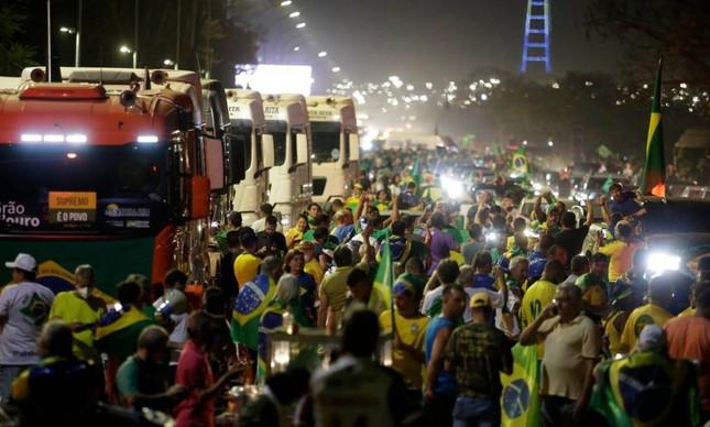 Caminhoneiros invadem Esplanada e são recebidos com festa pelo apoiadores do presidente Bolsonaro