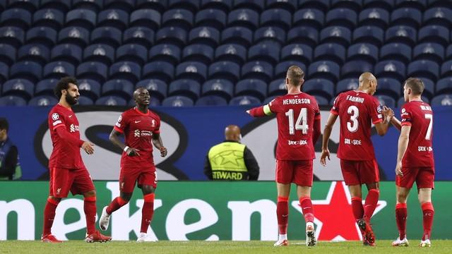 Jogadores do Liverpool comemoram gol com Mané e Salah na vitória sobre o Porto