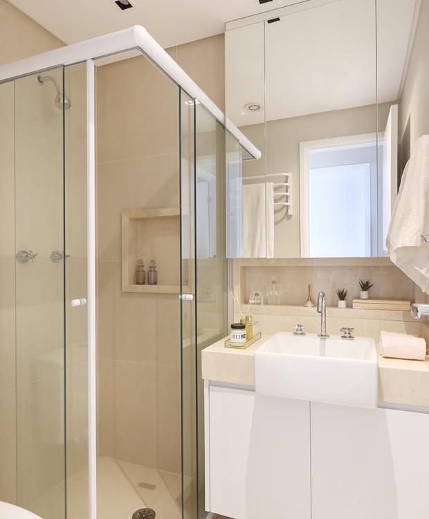 BANHEIRO | O armário espelhado é uma boa solução para ganhar mais espaço de armazenamento de maneira elegante (Foto: Mariana Orsi  / Divulgação)