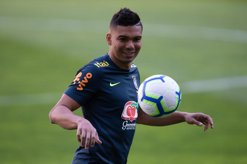 Casemiro sorri durante treino da Seleção Brasileira no Porto — Foto: Pedro Martins / MoWA Press