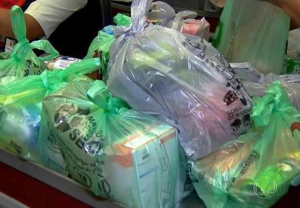 Sacolinhas de plástico de supermercado ; sacolas biodegradáveis ; sacolinhas de supermercado ;  (Foto: Reprodução/TV Globo)