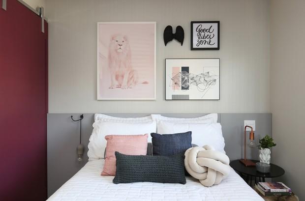 QUARTO | Roupa de cama da Mundo do Enxoval. Quadros da Urban Art. Almofadas da Charmosa Ateliê. Asa preta de decoração na parede da Marché Art de Vie. Papel de parede da Muse Papel (Foto: Mariana Orsi  / Divulgação)