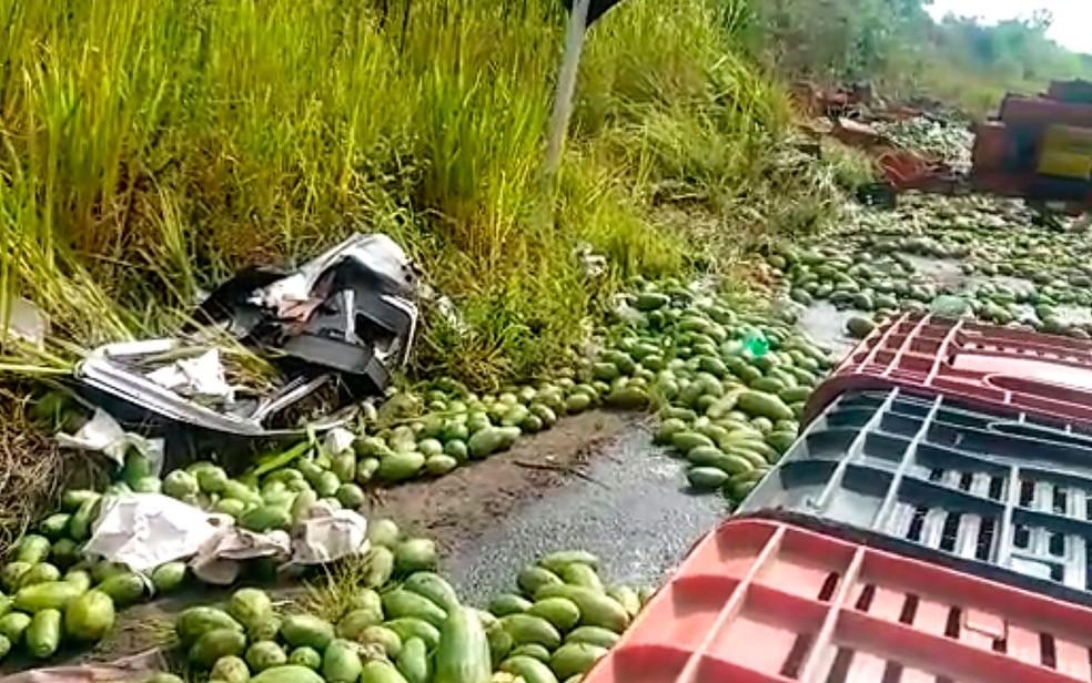 Carga de mamão ficou espalhada pela rodovia (Foto: Taísa Moura / TV Santa Cruz)