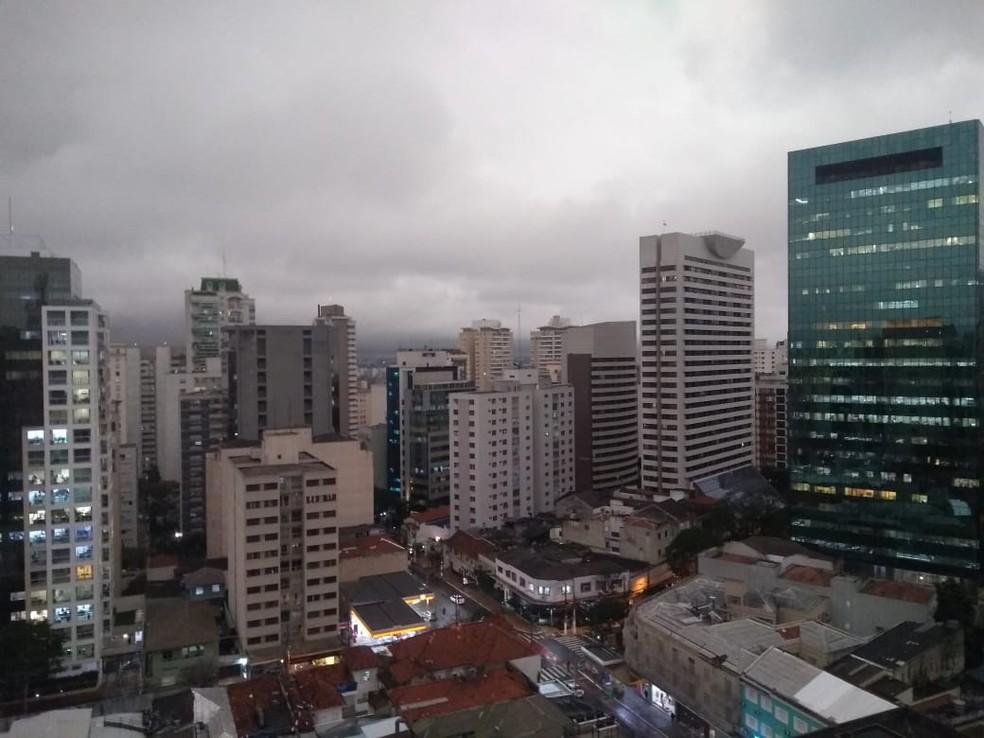 Céu encoberto no bairro do Paraíso, na Zona Sul de São Paulo, às 15h40 desta segunda (19) — Foto: Tomás Rosolino/Arquivo pessoal