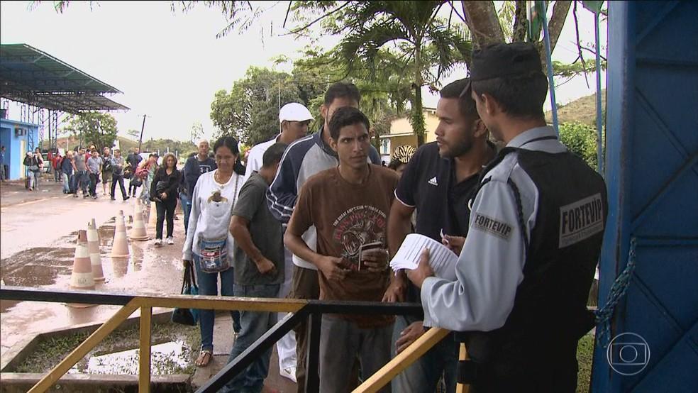 Venezuelanos na região de fronteira tentam entrar em Roraima (Foto: Reprodução/Rede Globo)