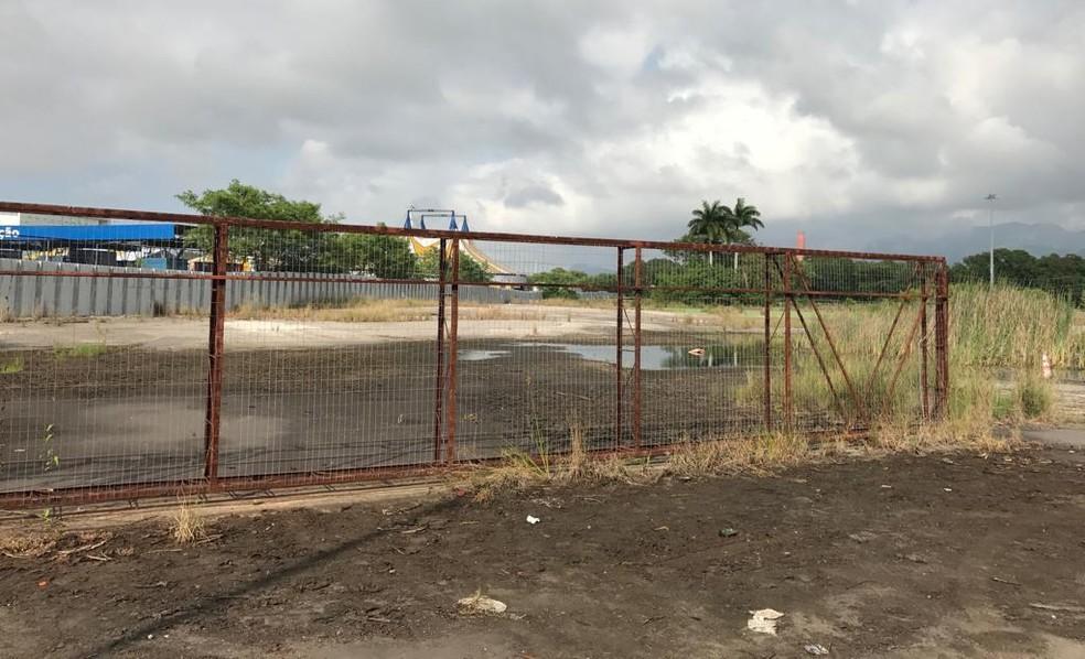 Local da nova via que vai ser aberta na Barra, a poucos metros do condomínio Península — Foto: Alba Valéria Mendonça/G1