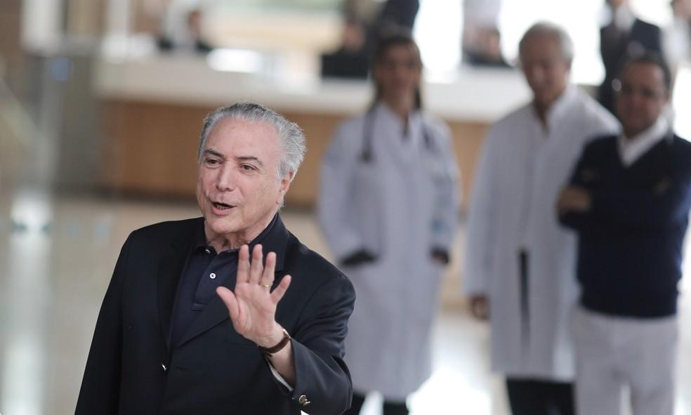 O presidente Michel Temer acena ao deixar o hospital Sírio Libanês após cirurgia em São Paulo (Foto: Nacho Doce/Reuters)