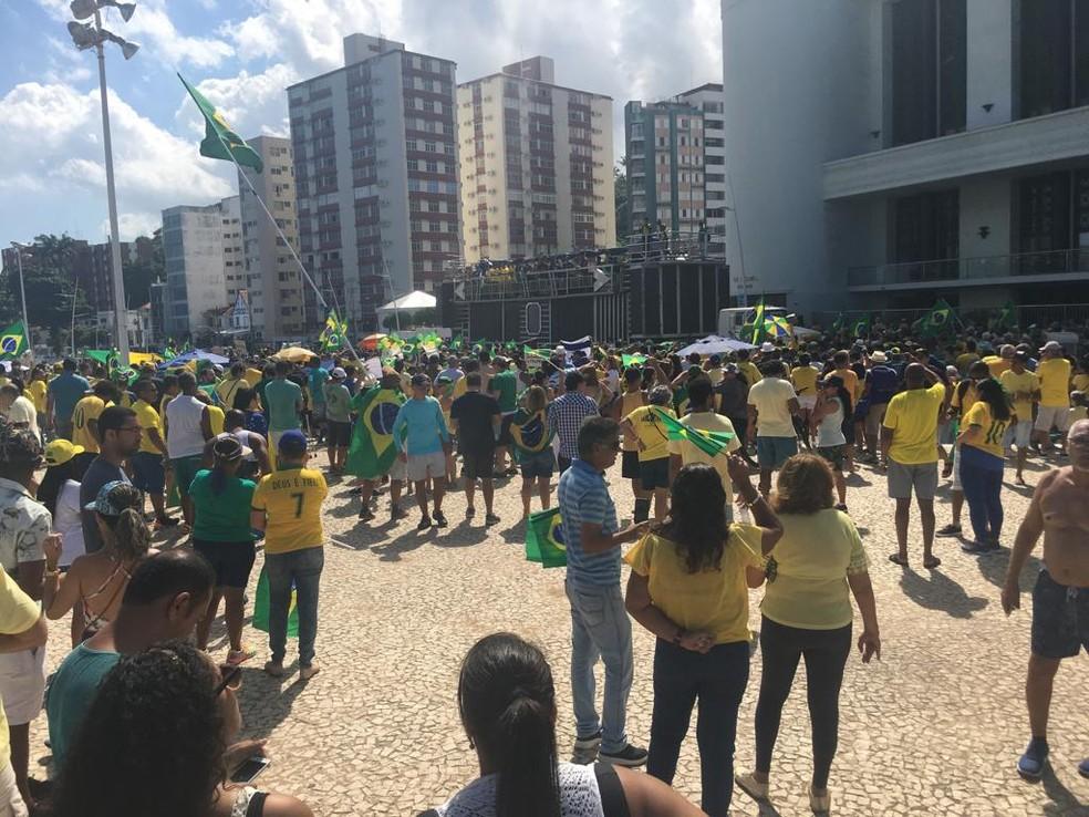 SALVADOR, 10H22: Grupo realiza manifestação no Farol da Barra neste domingo (26) — Foto: Itana Alencar/G1