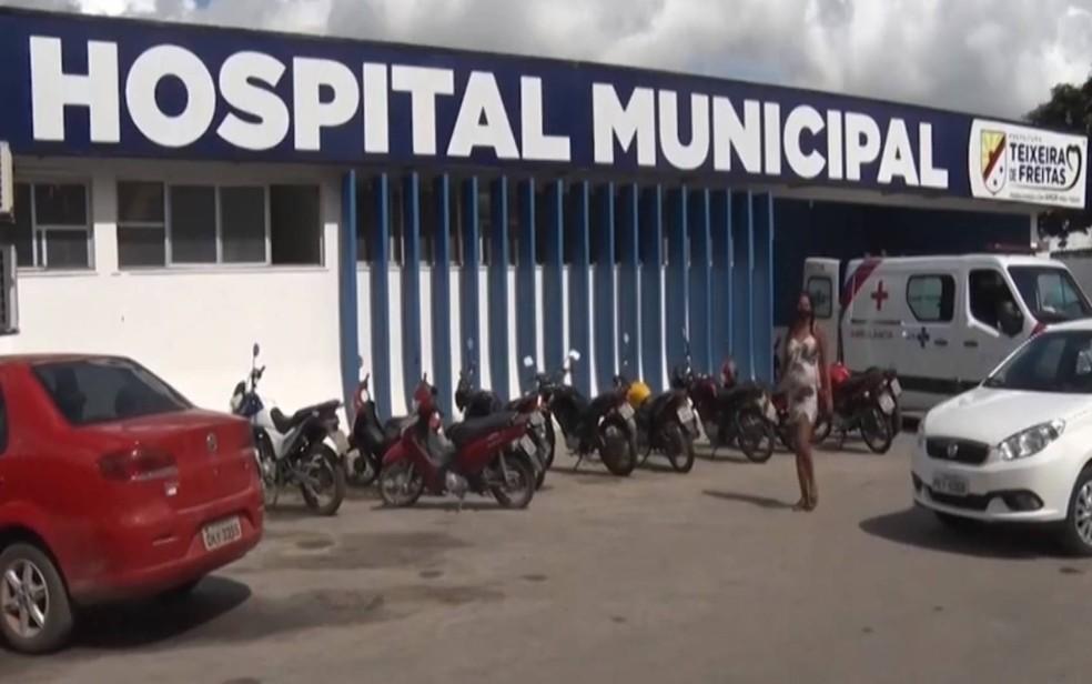 Vítima foi levada para o Hospital Municipal de Teixeira de Freitas, mas não resistiu aos ferimentos — Foto: Reprodução/TV Bahia