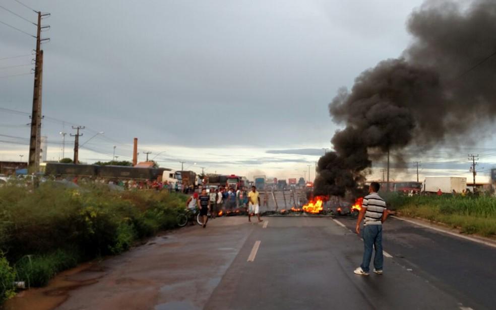 Manifestantes atearam fogo em pneus e bloquearam as duas pistas da BR-135 (Foto: Douglas Pinto/TV Mirante)
