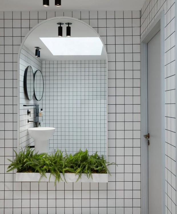 A parede quadriculada conclui o  tema minimalista, enquanto as plantas decoram o local (Foto: Dezeen/ Reprodução)