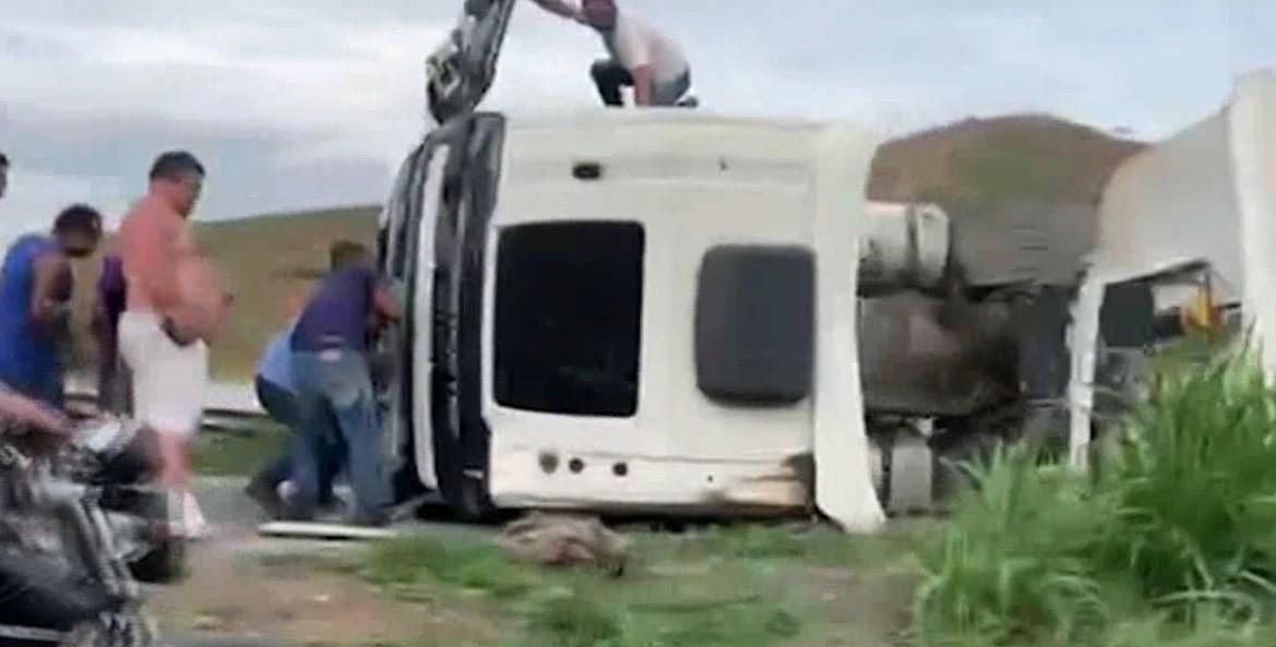 Carreta tomba e motorista fica ferido na BR-040 em Juiz de Fora