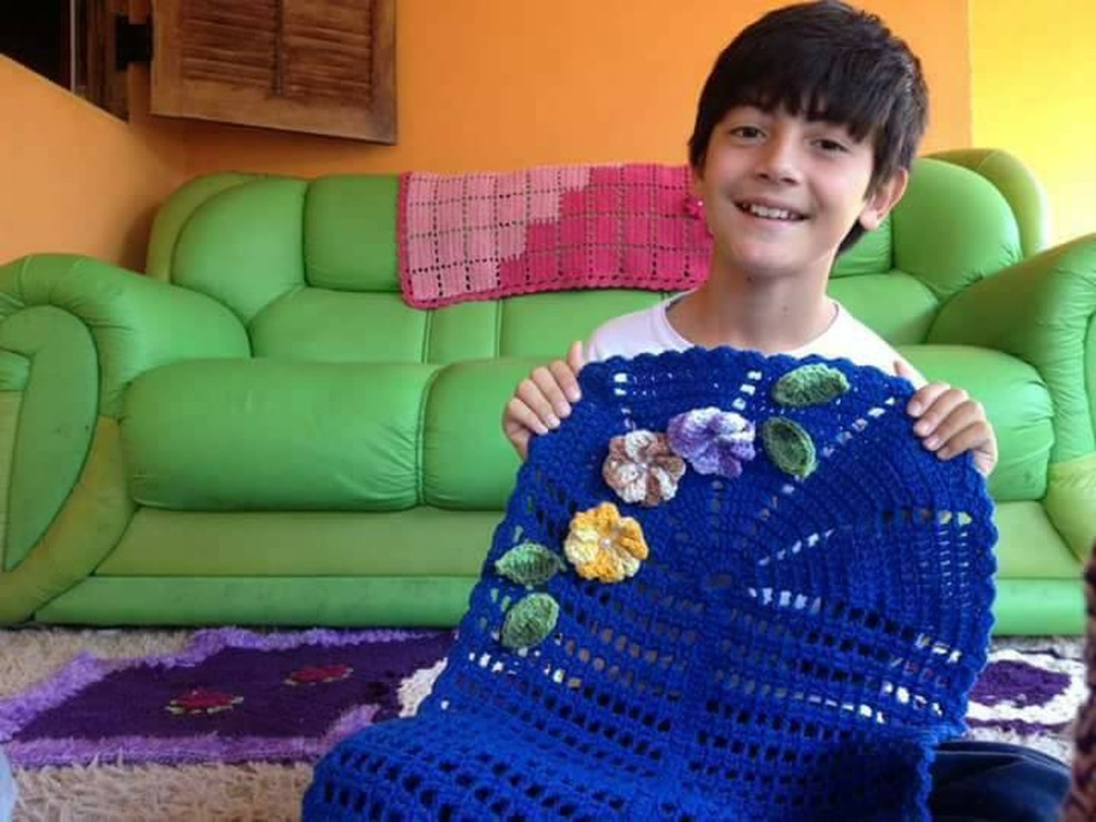 Menino de 12 anos afirma que costurar crochê é sua paixão (Foto: Arquivo Pessoal/Junior Silva)