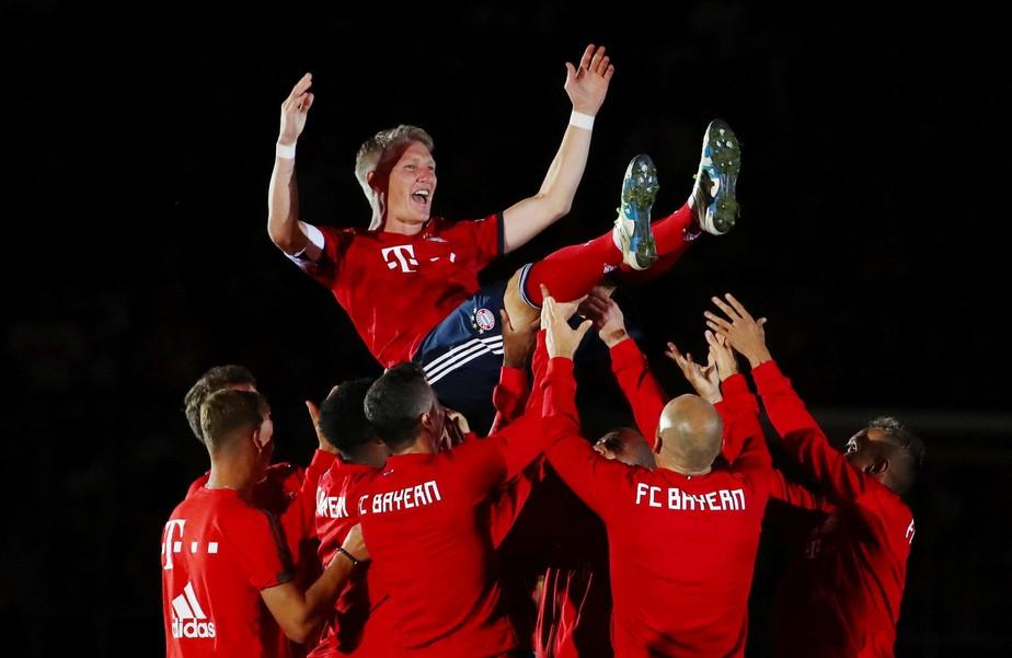 Ao ídolo, com carinho: Schweinsteiger é festejado e marca em despedida no Bayern