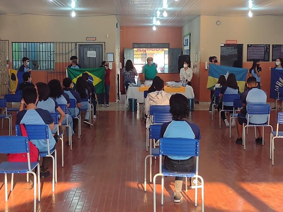 Alunos do ensino fundamental voltam a estudar na escola John Kennedy em Porto Velho — Foto: Beatriz Galvão/G1