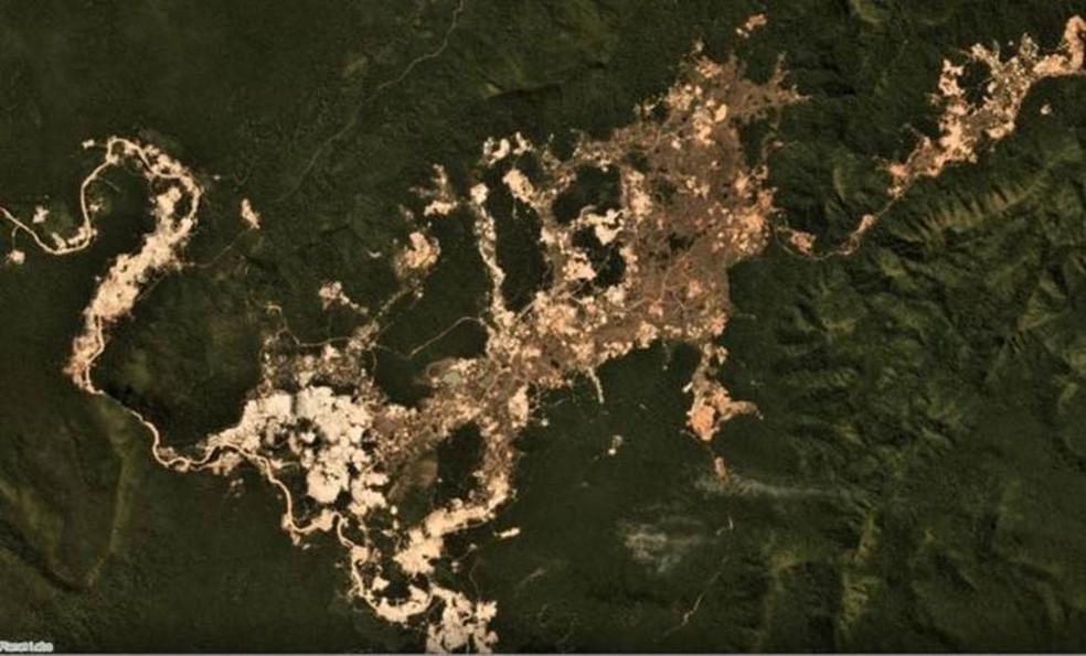 Frentes de garimpo ilegal de ouro na Terra Indígena Kayapó, no Pará, em julho de 2019; manchas claras indicam atividade mais recente. — Foto: Planet Labs