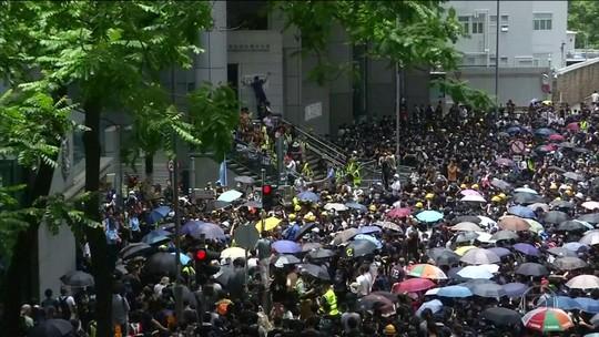 Manifestantes cercam sede da polícia em Hong Kong