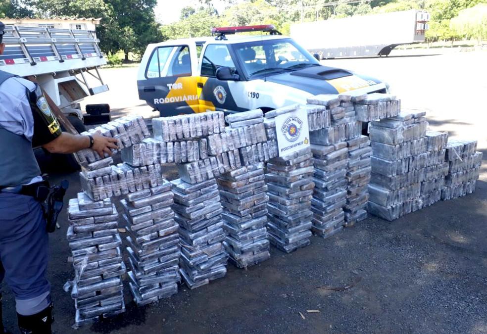 Policiais encontraram 300 tabletes da droga pesaram cerca de meia tonelada (Foto: Polícia Rodoviária/Divulgação)