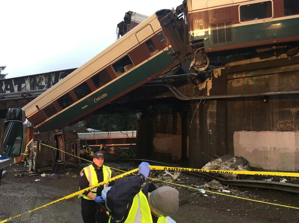 Imagem mostra trem que descarrilou nesta segunda-feira (18) no estado de Washington, nos EUA (Foto: Reprodução/ Twitter/ Pierce Co Sheriff)