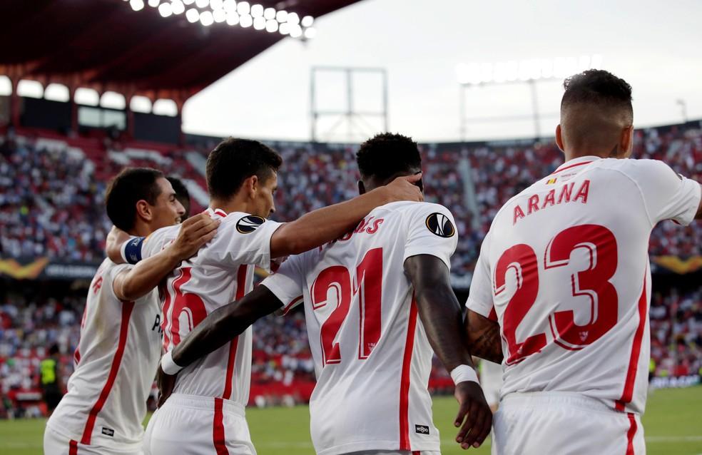 Guilherme Arana, à direita, na comemoração de um dos gols de Ben Yedder — Foto: EFE