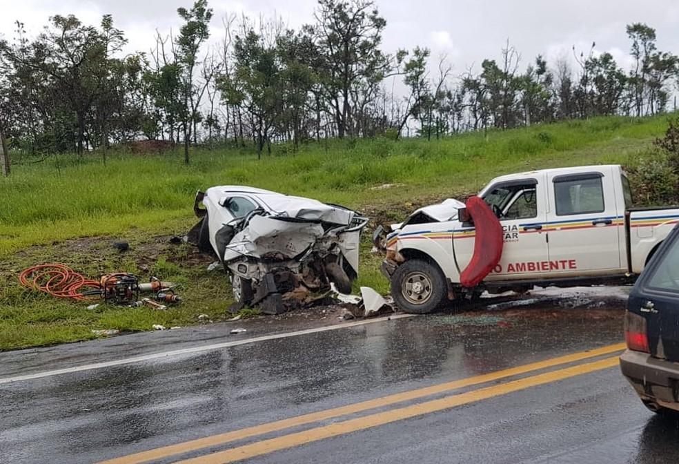 Chovia no momento da batida que resultou nas cinco mortes na MG-050 em Capitólio  — Foto: Corpo de Bombeiros/Divulgação