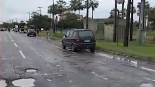 Fila de carros danificados se forma em estrada do Ceará por causa de buracos