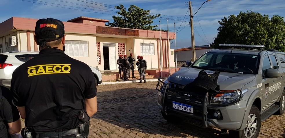 Um dos mandados de busca e apreensão da Operação Tanque Cheio foi na Prefeitura de Caiçara do Rio do Vento.  — Foto: MPRN/Divulgação